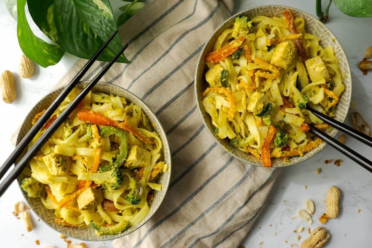 noodles veganos con verdura, tofu y salsa de cacahuete