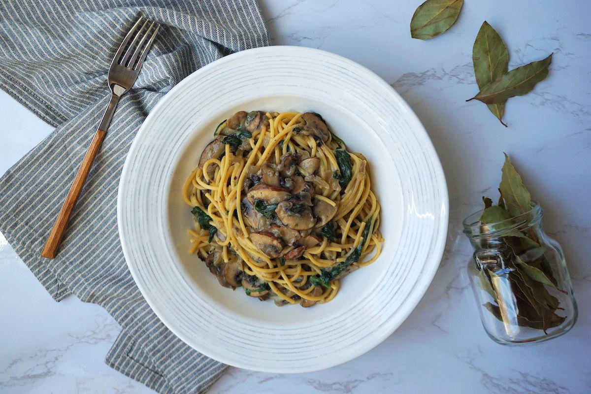 Espaguetis con salsa de setas y espinacas