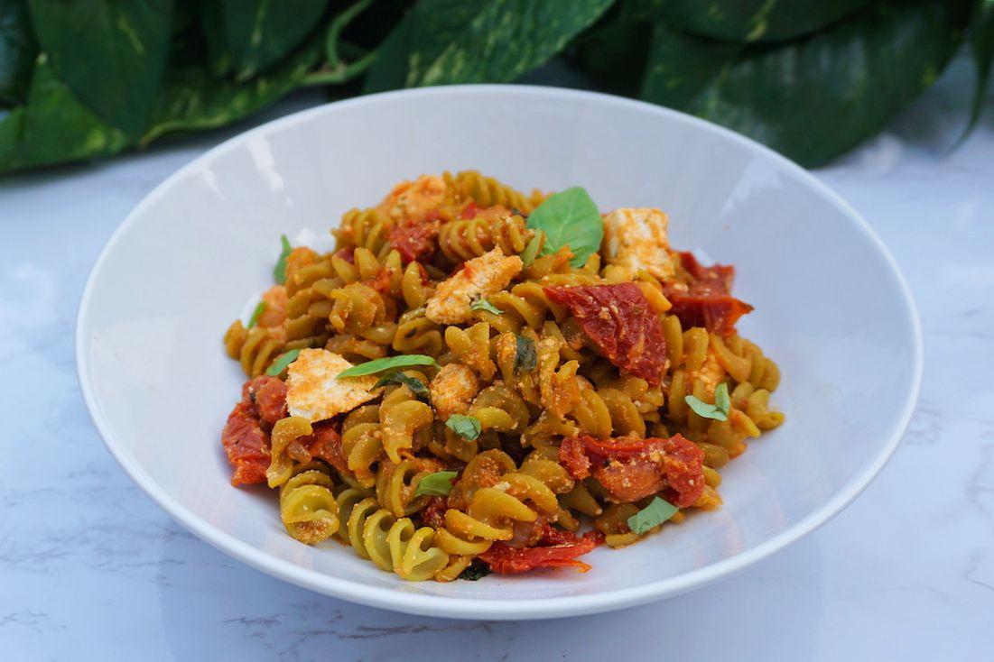 Fusilli con tomate seco, albahaca y mozzarella vegana casera