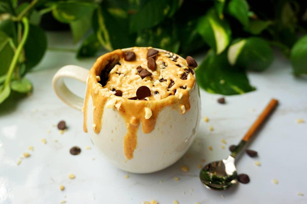 Mugcake vegano de cacao y crema de cacahuete
