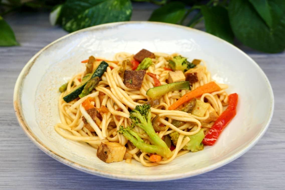 Fideos udon veganos con verduras