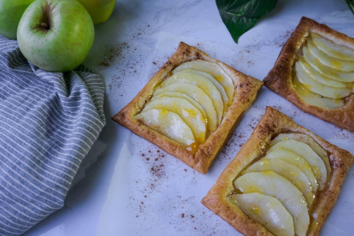 Tartaletas veganas de manzana y hojaldre