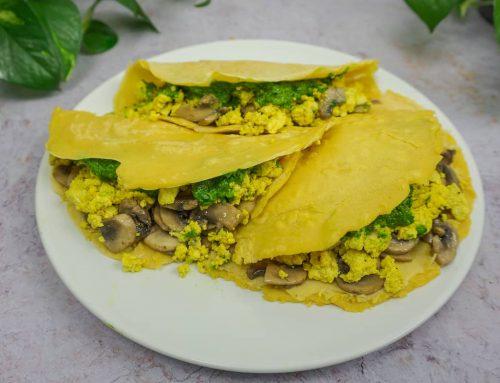 Crepes veganos de harina de garbanzo con champiñones, revuelto de tofu y pesto de espinacas